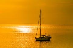 金与游艇的天空背景 免版税库存照片