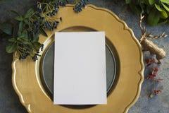 金与空的菜单的餐位餐具在难看的东西 免版税库存照片