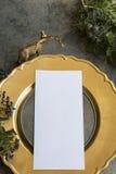 金与空的菜单的餐位餐具 免版税图库摄影