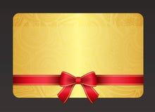 金与红色丝带的花卉礼品券和葡萄酒 免版税库存照片