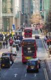 金丝雀码头与走的商人和运输lols的街道视图在路 事务和现代生活o 免版税图库摄影