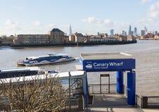 金丝雀码头泰晤士的轮渡码头 免版税库存照片