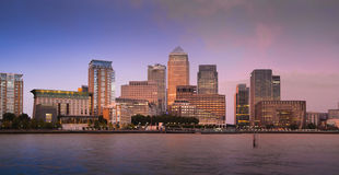 金丝雀码头企业和银行业务区夜光 库存图片
