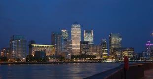 金丝雀码头企业和银行业务区夜光 免版税库存图片