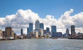 金丝雀码头企业从泰晤士河的唱腔视图 库存照片