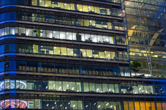 金丝雀码头办公室的窗口打开了在黄昏,企业生命力概念背景 图库摄影