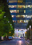 金丝雀码头办公室的窗口打开了在黄昏,企业生命力概念背景 免版税库存图片