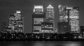 金丝雀码头在伦敦在晚上 库存图片