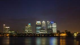 金丝雀码头在伦敦在晚上 免版税图库摄影