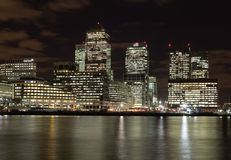金丝雀码头在晚上 免版税库存照片
