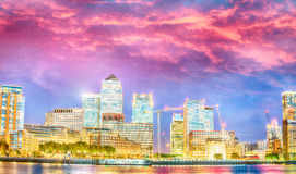 金丝雀码头摩天大楼 与水refle的全景日落视图 免版税库存照片