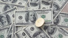 金从上面的golder bitcoin在美元中部转动美元和在转动以后落  概念  股票视频