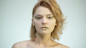 金从嘴唇的油漆滴水,lipgloss滴下从性感的嘴唇的,在美丽的模型女孩的嘴的金黄液体下落 股票视频
