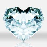 金刚石在白色背景的心脏形状。 库存照片