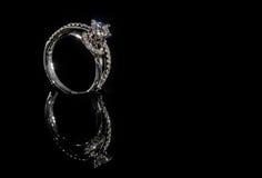金刚石在黑背景的定婚戒指 库存图片