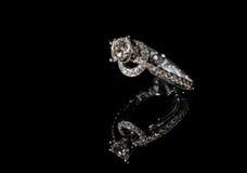 金刚石在黑背景的定婚戒指 免版税库存图片