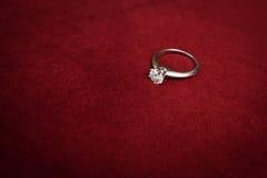 金刚石定婚戒指 库存照片