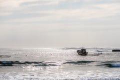 金刚石小船停住在港口在Hondeklipbaai 免版税库存图片