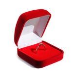 金刚石订婚在开放红色箱子的婚戒 库存照片