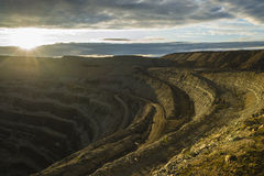 金刚石采矿坑在Udachniy,雅库特,俄罗斯镇  ALROSA 免版税库存照片