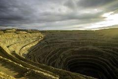金刚石采矿坑在Udachniy,雅库特,俄罗斯镇  ALROSA 免版税库存图片