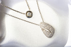 金刚石金珠宝项链下垂白色 免版税库存照片
