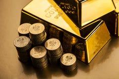 金制马上的齿龈和货币顶视图 库存图片