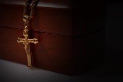 金十字架和链子在一个木箱 库存图片