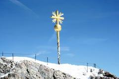 金十字架,楚格峰山顶  库存图片