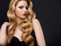金发。美丽的妇女画象有长的波浪发的 免版税库存照片