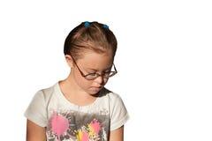 戴金发佩带的眼镜的胸口画象白女孩 免版税库存图片