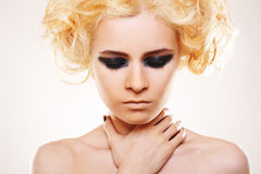金发做岩石强调妇女 库存照片