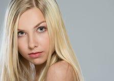 金发十几岁的女孩纵向  免版税图库摄影