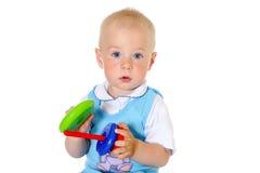 金发男婴拿着玩具特写镜头画象 免版税库存图片