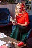 金发的占卜者感觉快乐的读书有趣的书 免版税图库摄影