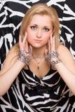 金发碧眼的女人伸被囚禁她的手 免版税库存图片