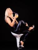 金发碧眼的女人喝性感 免版税图库摄影
