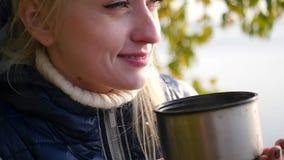 金发碧眼的女人喝从热水瓶的茶 影视素材