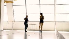 金发碧眼的女人在一个绝尘室为一个美丽的白种人浅黑肤色的男人照相 影视素材