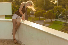 金发碧眼的女人在阳光下 免版税库存照片