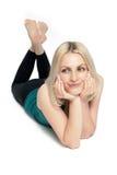 金发碧眼的女人执行放松的健身 免版税库存照片