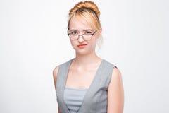 年轻金发碧眼的女人显示蔑视、无视和忽视 免版税图库摄影
