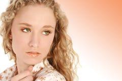 金发碧眼的女人注视绿色头发 免版税库存照片
