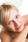 金发碧眼的女人注视绿色纵向 库存图片