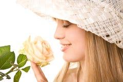 金发碧眼的女人玫瑰色茶妇女 免版税库存照片