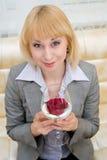 金发碧眼的女人玫瑰色stemware 免版税库存照片