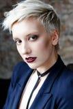 金发碧眼的女人的画象有短发的 库存图片