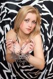 金发碧眼的女人相当伸被囚禁她的手 免版税库存图片