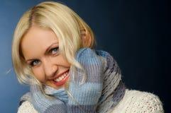 金发碧眼的女人给女孩冬天穿衣 图库摄影