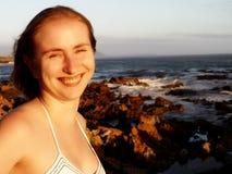 金发碧眼的女人被注视的绿色微笑的&# 免版税库存图片